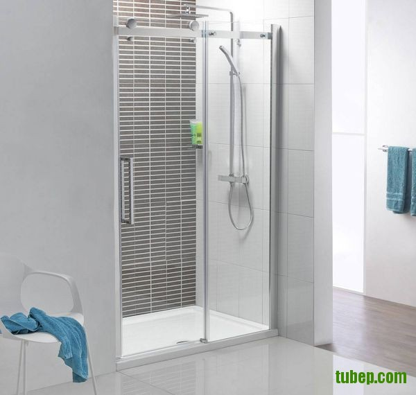 Compact-shower-space-with-a-polished-chrome-frame-and-clear--0f630