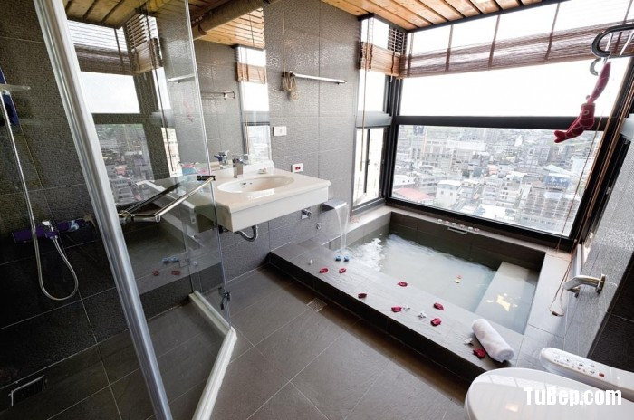 Modern-bathroom-with-large-tile-700x464