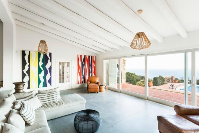goi-y-nhung-mau-den-trang-tri-phong-khach-dep-nhat-007-house-platja-daro-05-arquitectura-1050x700-1508120358-width660height440